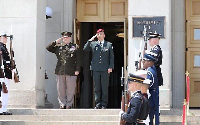 رئيس هيئة أركان الجيش الإسرائيلي أفيف كوخافي (وسط الصورة من اليمين) ورئيس هيئة الأركان المشتركة الأمريكية مارك ميلي (وسط الصورة من اليسار) خارج وزارة الدفاع الأمريكية في واشنطن العاصمة، 21 يونيو، 2021. (Israel Defense Forces)