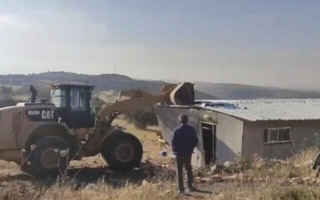 هدم مبنى في بؤرة عوز تسيون الاستيطانية غير القانونية شمال القدس، 23 يونيو، 2021. (video screenshot)