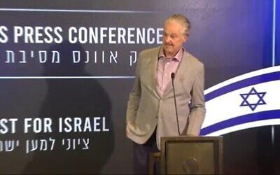 الزعيم الإنجيلي الأمريكي مايك إيفانز يتحدث في مؤتمر صحفي في القدس، 7 يونيو، 2021. (Screen capture / YouTube)