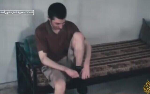 غلعاد شاليط  من فترة أسره لدى حركة حماس ، في مقطع فيديو تم بثه لأول مرة في 6 يونيو، 2021.  (video screenshot)