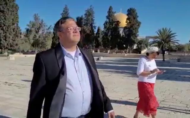 عضو الكنيست ايتمار بن غفير يزور الحرم القدسي، 27 يونيو، 2021. (Screenshot: Facebook)