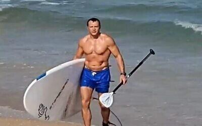 وزير السياحة يوئيل رازفوزوف على الشاطئ، 19 يونيو، 2021. (video screen grab)