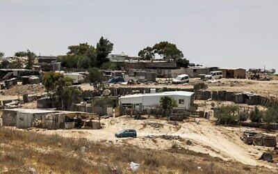 صورة لمنازل في قرية صوانين البدوية غير المعترف بها في صحراء النقب جنوب اسرائيل، 8 يونيو، 2021. (HAZEM BADER / AFP)