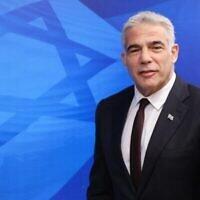 وزير الخارجية يائير لبيد يصل الى الاجتماع الاسبوعي لمجلس الوزراء في مكتب رئيس الوزراء في القدس، 20 يونيو، 2021. (Emmanuel Dunand / Pool / AFP)