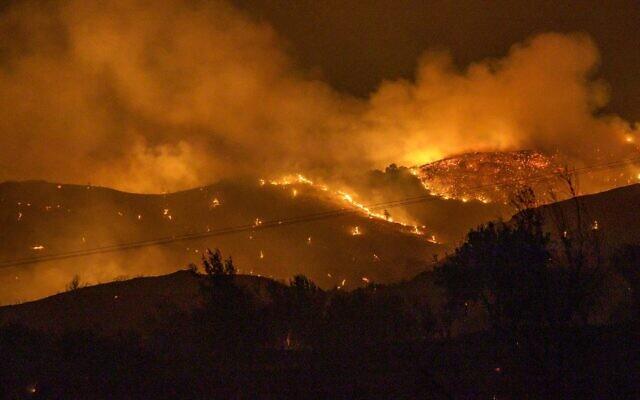 أشجار تحترق في غابة على منحدرات سلسلة جبال ترودوس، مع اندلاع حريق ضخم في جزيرة قبرص الواقعة على البحر الأبيض المتوسط، خلال ليلة 3 يوليو، 2021.  ( Georgio PAPAPETROU / AFP)