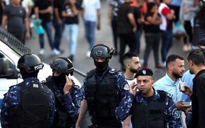 الشرطة الفلسطينية تمنع المتظاهرين من التجمع في مدينة رام الله بالضفة الغربية قبل مظاهرة مزمعة ضد السلطة الفلسطينية في 5 يوليو، 2021.   (ABBAS MOMANI / AFP)