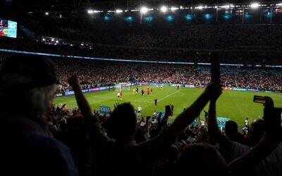 مشجعو إنجلترا يحتفلون بفوز منتخب بلادهم في مباراة نصف نهائي كأس الأمم الأوروبية لكرة القدم 2020 مع منتخب الدنمارك في ملعب ويمبلي بلندن، 7 يوليو، 2021.