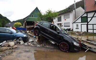 سيارات ومنازل متضررة بعد هطول أمطار غزيرة وفيضانات في هاجن بغرب ألمانيا في 15 يوليو، 2021.  ( INA FASSBENDER / AFP)