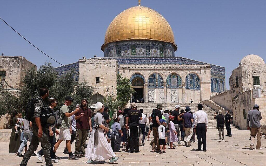 قوات الأمن الإسرائيلية تقوم بحراسة مجموعة من اليهود خلال زيارتهم للحرم القدسي، 18 يوليو، 2021. (AHMAD GHARABLI / AFP)
