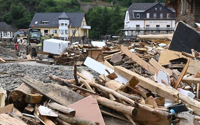 صورة للحطام في أحد شوارع مدينة التناهر بولاية راينلاند بالاتينات غربي ألمانيا، في 19 يوليو ، بعد الفيضانات المدمرة التي ضربت المنطقة.    (CHRISTOF STACHE / AFP)