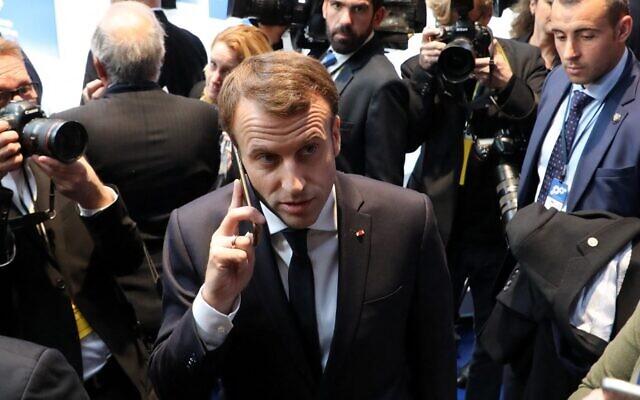 في هذه الصورة التي التقطت في 17 نوفمبر، 2017، يظهر الرئيس الفرنسي إيمانويل ماكرون (وسط) يتحدث عبر الهاتف خلال القمة الاجتماعية الأوروبية في غوتنبرج ، السويد.  ( ludovic MARIN / AFP)