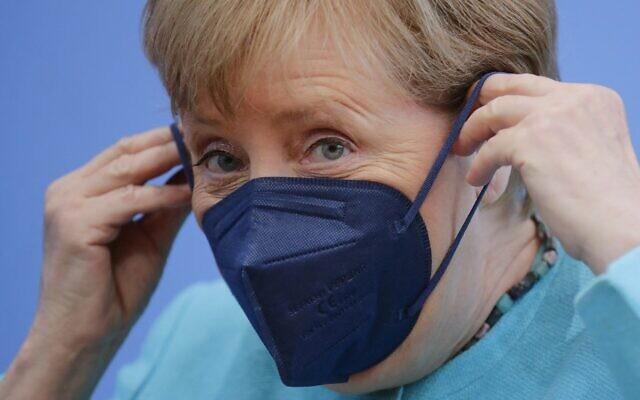 المستشارة الألمانية أنجيلا ميركل ترتدي قناع وجهها بعد عقد مؤتمرها الصحفي الصيفي السنوي حول الموضوعات الوطنية والدولية في مبنى مؤتمر الصحافة الفدرالية (Bundespressekonferenz)في 22 يوليو 2021 في برلين. (  HANNIBAL HANSCHKE / POOL / AFP)