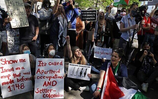 نشطاء يحتجون على العمليات العسكرية الإسرائيلية في غزة من أمام السفارة الإسرائيلية في واشنطن، 18 مايو، 2021. (Alex Wong / Getty Images via JTA)