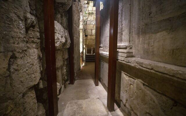 بقايا المبنى الرائع الذي يعود تاريخه إلى 2000 عام والذي تم التنقيب عنه مؤخرا ومن المقرر افتتاحه للجمهور كجزء من جولة أنفاق الحائط الغربي في البلدة القديمة بالقدس. (Yaniv Berman/Israel Antiquities Authority)