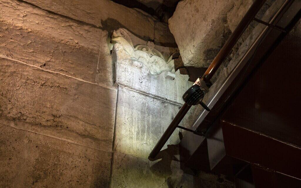 بقايا النوافير الرائعة التي كانت تعمل في المبنى الرائع الذي يعود تاريخه إلى 2000 عام والذي سيتم افتتاحه قريبا للجمهور كجزء من جولة أنفاق الحائط الغربي في البلدة القديمة بالقدس. (Yaniv Berman/Israel Antiquities Authority)