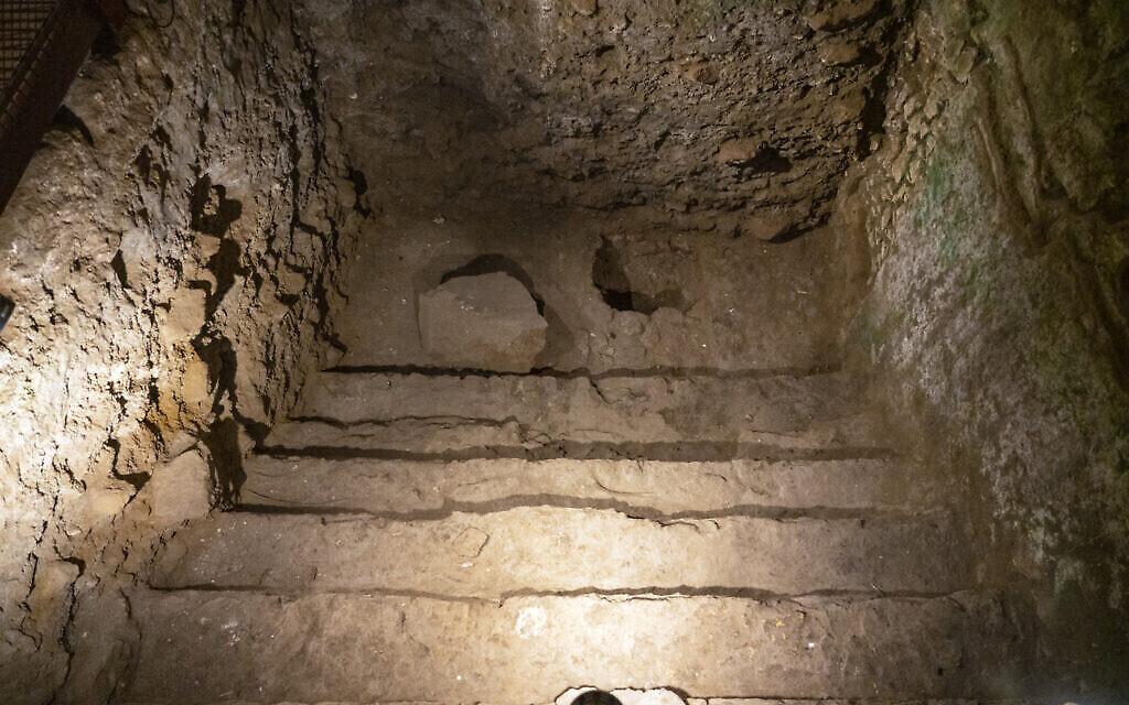 حمام سباحة مدرج تم تركيبه في إحدى غرف المبنى الرائع الذي يبلغ عمره 2000 عام في البلدة القديمة بالقدس في أواخر فترة الهيكل الثاني والذي كان بمثابة حمام طقسي. (Yaniv Berman/Israel Antiquities Authority)