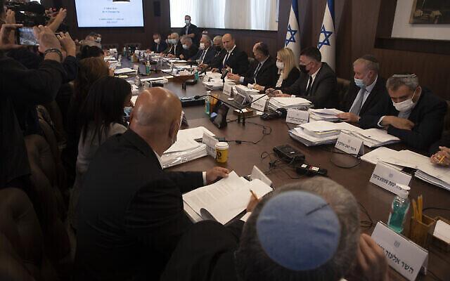رئيس الوزراء نفتالي بينيت يترأس الاجتماع الأسبوعي لمجلس الوزراء في القدس، 27 يونيو، 2021. (AP Photo / Maya Alleruzzo، Pool)