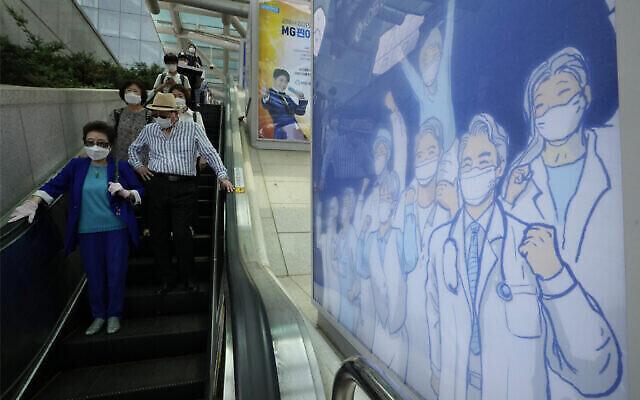 ملصق يعبّر عن الأمل في التغلب على أزمة كورونا في محطة قطار في سول، كوريا الجنوبية،  6 يوليو، 2021. (AP/Ahn Young-joon)