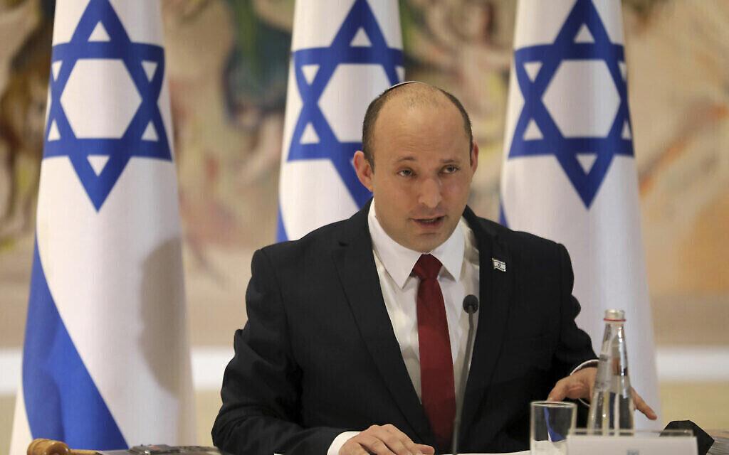 رئيس الوزراء نفتالي بينيت يترأس الاجتماع الأسبوعي لمجلس الوزراء في القدس يوم الإثنين، 19 يوليو، 2021. (Pool Photo via AP)