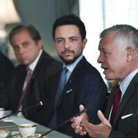 العاهل الأردني الملك عبد الله الثاني، من اليمين، يتحدث إلى وزير الخارجية أنطوني بلينكين في 20 يوليو 2021، في وزارة الخارجية بواشنطن. (Nicholas Kamm /Pool via AP)