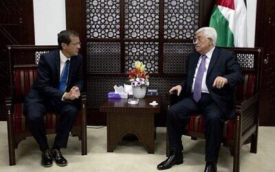 """رئيس السلطة الفلسطينية محمود عباس، من اليمين ، يلتقي بزعيم حزب """"الاتحاد الصهيوني"""" يتسحاق هرتسوغ في رام الله، 18 أغسطس، 2015. (AP Photo / Nasser Nasser / File)"""