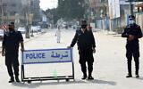 عناصر أمن تابعة لحركة حماس تقف عند حاجز على الطريق الرئيسي لمخيم جباليا، قطاع غزة، 30 أكتوبر، 2020. (Adel Hana / AP)