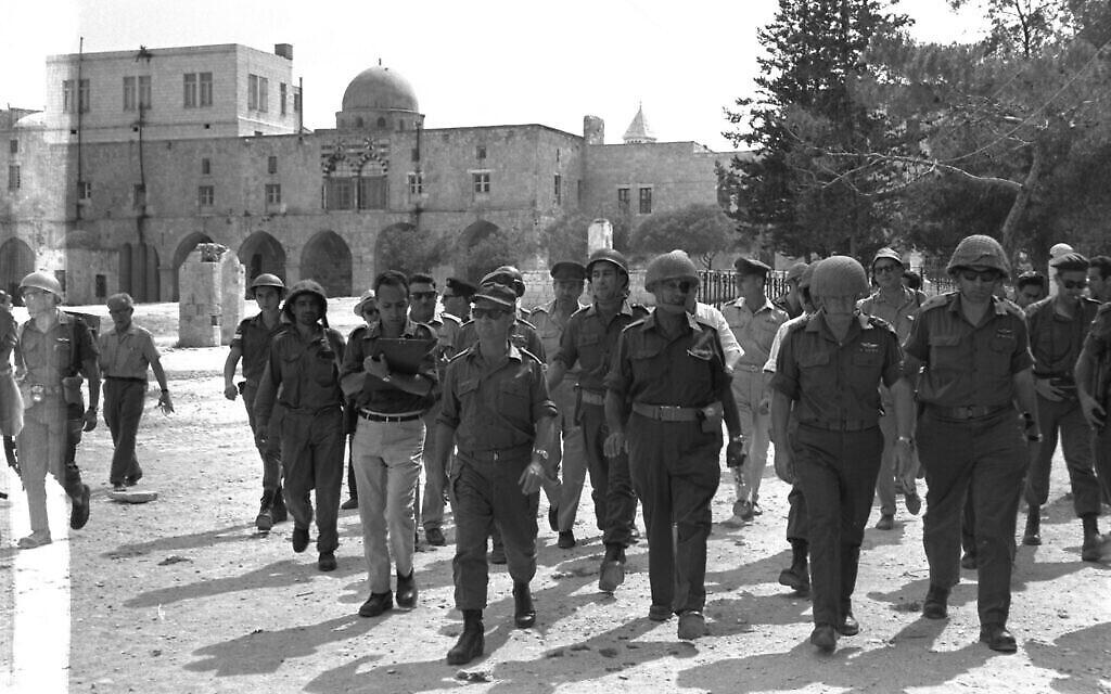 موشيه ديان في الحرم القدسي، 7 يونيو، 1967. (Ilan Bruner / GPO)