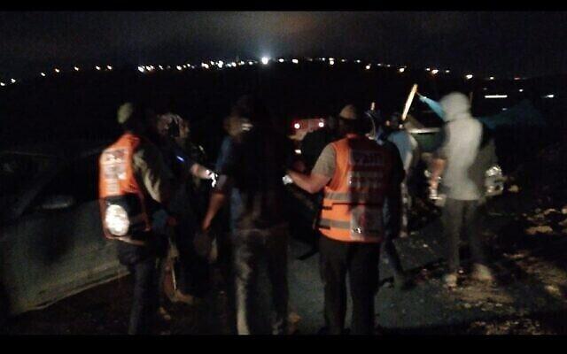 مسعفون يقدمون العلاج لجرحى من المستوطنين بعد اشتباكات مع شرطة حرس الحدود بالقرب من بؤرة كومي أوري الاستيطانية في الضفة الغربية، 20 يوليو، 2021. (Courtesy)