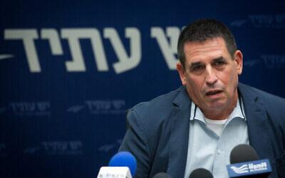 """عضو الكنيست من """"يش عتيد"""" يوآف سيغالوفيتس ، نائب وزير الأمن العام الحالي، في اجتماع للحزب في البرلمان الإسرائيلي في 30 مايو، 2016.(Miriam Alster/Flash90)"""