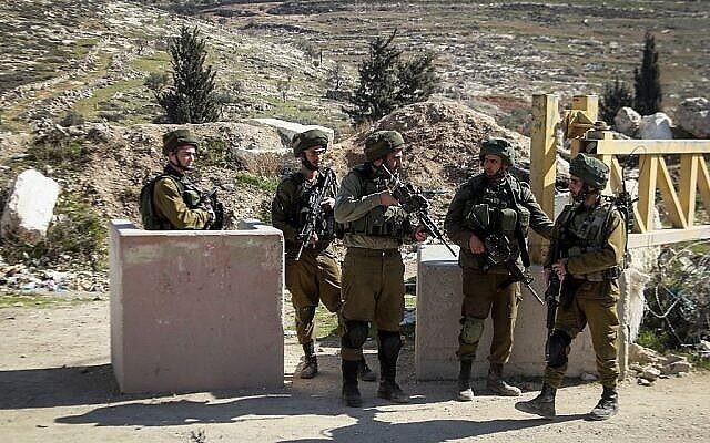 صورة توضيحية لجنود اسرائيليين في الضفة الغربية، 10 فبراير، 2017. (Wisam Hashlamoun / Flash90)