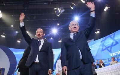 رئيس الوزراء آنذاك بنيامين نتنياهو ووزير التربية والتعليم آنذاك نفتالي بينيت (على يسار الصورة) في مسابقة التوراة السنوية في مسرح القدس في يوم الاستقلال، 19 أبريل، 2018. (Shlomi Cohen / FLASH90)