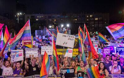 آلاف الإسرائيليين يشاركون في مظاهرة ضد تعديل قانون الكنيست الذي يمنع تأجير الأرحام للأزواج من نفس الجنس، في ميدان رابين في تل أبيب، 22 يوليو، 2018. (Miriam Alster / Flash90)
