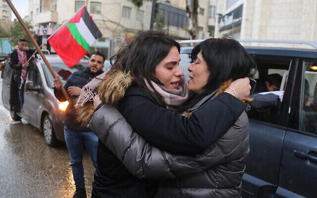 سهى جرار (يسار) تحيي والدتها خالدة جرار من الجبهة الشعبية لتحرير فلسطين بعد إطلاق سراحها بعد 20 شهرا من الاعتقال في مدينة رام الله بالضفة الغربية، 28 فبراير، 2019. (STR / Flash9)