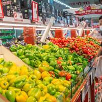 """متسوقون في سوبر ماركت تابع لسلسلة المتاجر """"رامي ليفي"""" في موديعين مع دخول إسرائيل في إغلاق رئيسي جديد بسبب فيروس كورونا، 24 سبتمبر، 2020. (Yossi Aloni / Flash90)"""