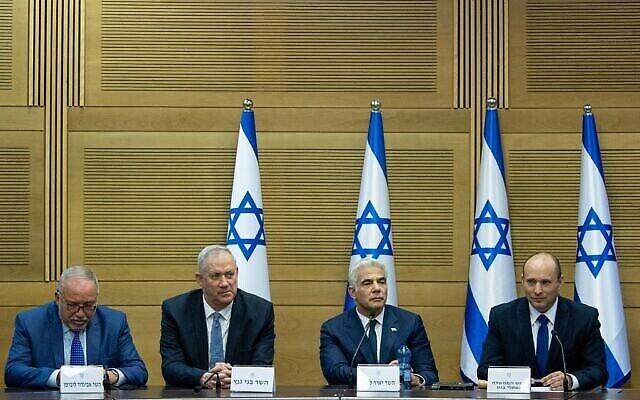من اليمين، رئيس الوزراء نفتالي بينيت، ووزير الخارجية يائير لابيد، ووزير الدفاع بيني غانتس، ووزير المالية أفيغدور ليبرمان يحضرون أول اجتماع لمجلس الوزراء في الكنيست، 13 يونيو، 2021. (Yonatan Sindel / Flash90)