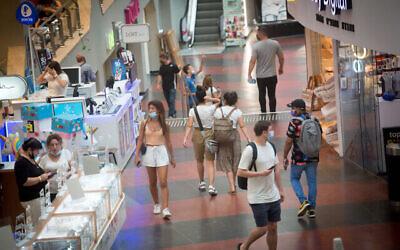 إسرائيليون يرتدون الكمامات أثناء تسوقهم في مركز ديزنغوف في تل أبيب، 29 يونيو، 2021. (Miriam Alster / FLASH90)