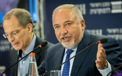 وزير المالية أفيغدور ليبرمان يحضر مؤتمر 'إيلي هوروفيتس' للاقتصاد والمجتمع، الذي نظمه المعهد الإسرائيلي للديمقراطية في القدس، 29 يونيو، 2021. (Yonatan Sindel / Flash90)
