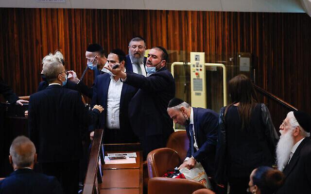 أعضاء من المعارضة يتجادلون خلال مناقشة حول قانون يتعلق بدفع تعويضات البطالة خلال جلسة للهيئة العامة للكنيست في القدس، 1 يوليو، 2021. (Yonatan Sindel / FLASH90)
