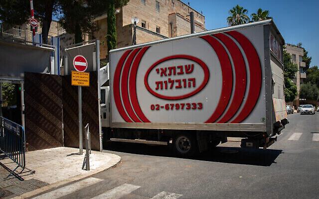 شاحنة نقل أمتعة تقف خارج مقر إقامة رئيس الوزراء في القدس، 6 يوليو، 2021. (Olivier Fitoussi / Flash90)