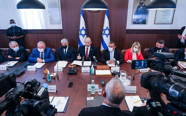 رئيس الوزراء نفتالي بينيت يترأس جلسة لمجلس الوزراء في مكتب رئيس الوزراء في القدس، 11 يوليو، 2021. (Marc Israel Sellem / POOL)