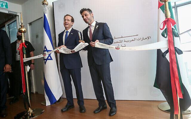 السفير الإماراتي محمد محمود الخاجة والرئيس الإسرائيلي إسحاق هرتسوغ خلال الافتتاح الرسمي لسفارة الإمارات في تل أبيب ، 14 يوليو 2021 (Miriam Alster / Flash90)