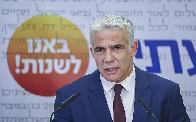 """رئيس حزب """"يش عتيد"""" يائير لابيد يتحدث خلال اجتماع للحزب في الكنيست في القدس، 19 يوليو، 2021. (Yonatan Sindel / Flash90)"""