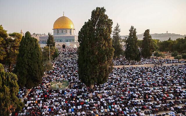 آلاف الفلسطينيين يؤدون صلاة الجمعة في المسجد الأقصى بالقدس بمناسبة عيد الأضحى المبارك، 20 يوليو، 2021. (Jamal Awad / Flash90)