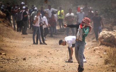 اشتباكات بين فلسطينيين وقوات الأمن الإسرائيلية خلال مظاهرة في قرية بيت دجن بالقرب من مدينة نابلس بالضفة الغربية، 23 يوليو، 2021 (Nasser Ishtayeh / Flash90)