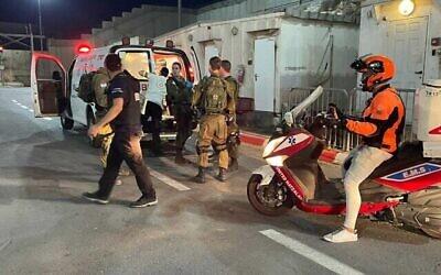 حارس يتلقي العلاج عند حاجز قلنديا بالضفة الغربية بعد إصابته في هجوم إطلاق نار.  (United Hatzalah)