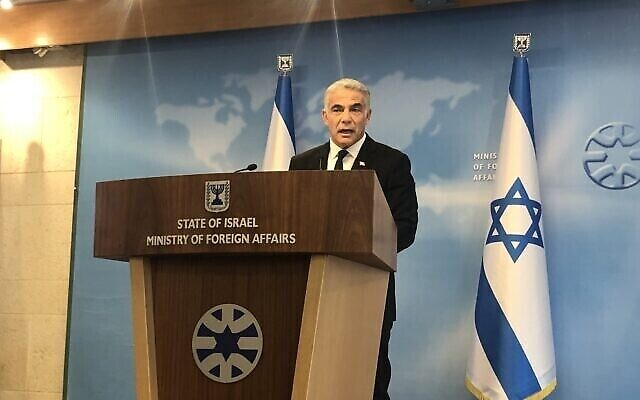وزير الخارجية يائير لابيد يتحدث خلال إيجاز في وزارة الخارجية في القدس، 25 يوليو، 2021. (Lazar Berman / Times of Israel)