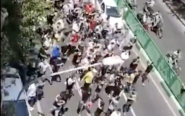 لقطة شاشة من مقطع فيديو لمتظاهرين يسيرون في طهران، إيران،  26 يوليو، 2021. (Screen capture: Twitter)