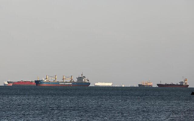 سفن الشحن معطلة في خليج السويس، 26 مارس، 2021. (AP Photo / Mohamed El Shahed)