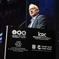 """وزير الدفاع بيني غانتس يتحدث خلال مؤتمر """"أسبوع السايبر"""" في جامعة تل أبيب، 20 يوليو، 2021. (Tal Oz / Defense Ministry)"""