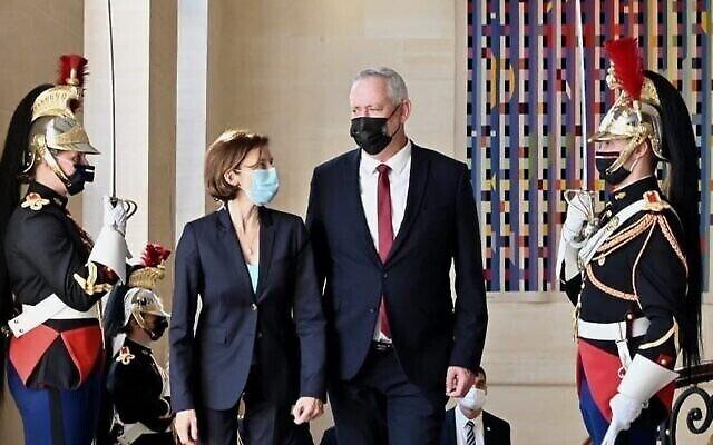 وزير الدفاع بيني غانتس في استقبال من نظيرته الفرنسية فلورنس بارلي في باريس، 28 يوليو، 2021. (Ariel Hermoni / Defense Ministry)